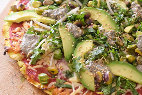 Pizza vegetariana con masa de harina de maíz