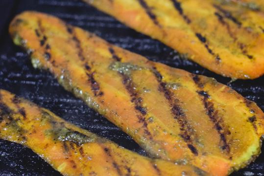 Zanahoria asada marinada con salsa de cebollín