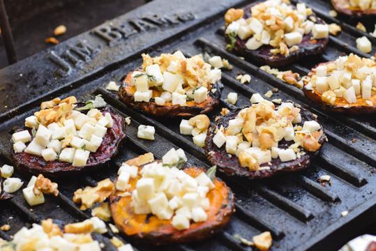 Betarragas asadas con queso de cabra, menta y nueces